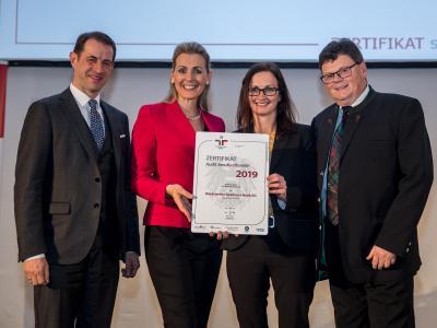 Bundesministerin Christine Aschbacher überreicht staatliches Gütezeichen an Waldviertler Sparkasse Bank AG