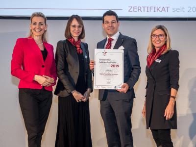 Bundesministerin Christine Aschbacher überreicht staatliches Gütezeichen an Wiener Neustädter Sparkasse