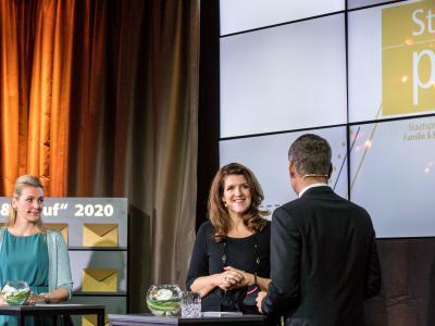Bundesministerin Mag. (FH) Christine Aschbacher, Mag. Elisabeth Wenzl und Moderator Werner Sejka