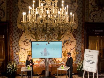 Bundesministerin für Frauen, Familie, Jugend und Integration MMag. Dr. Susanne Raab und Moderator Werner Sejka © Harald Schlossko